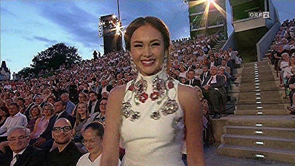 アイダ・ガリフッリーナの画像。W杯開会式に登場する美人歌手